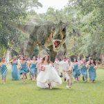 Гости на свадьбе отчаянно спасаются от тираннозавра