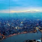 Оператор крана фотографирует Шанхай с высоты 600 метров