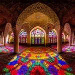 Каждое утро залы этой мечети озаряются всеми цветами радуги