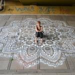Польская художница украшает улицы города замысловатыми кружевными узорами