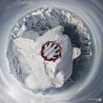 Сотни альпинистов совершают восхождение на Альпы, чтобы сделать самый невероятный снимок в их жизни