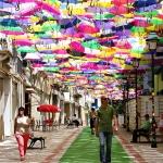Небесный парад разноцветных зонтиков над улицами Португалии!
