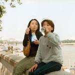 Фотограф путешествует во времени, вставляя себя в свои же детские фото